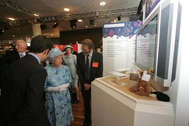 Queen visits Oxford University Zoology department's exhibit at the Royal Society Summer Science event